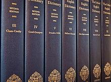 Alcuni dei venti volumi della versione stampata dell'OED (Oxford English Dictionary). Oggi le versioni on-line e su CD sono più utilizzate.