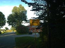 Een verkeersbord in Noord Duitsland, Elmlichheim is de Duitse naam, Emelkap de Nedersaksische. Elmlichheim ligt aan de grens met Nederland, aan de Duitse kant.
