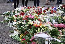 Bloemen gelegd voor de kathedraal van Oslo de dag na de aanslagen