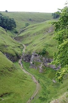 Peveril Castle Dale in Engeland is een V-vormige vallei die dieper wordt gemaakt door een klein beekje.