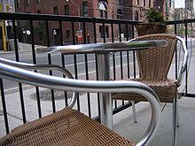 Rieten stoelen zijn een van de specialiteiten van de stad.