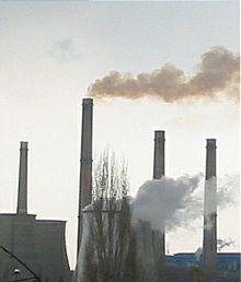 La fumée qui sort d'une cheminée est un exemple de pollution de l'air.