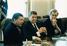 Reagan poslouchá Tower Report s Johnem Towerem a Edmundem Muskiem v Bílém domě, únor 1987