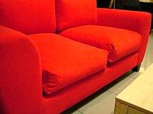 Ein rotes Sofa.