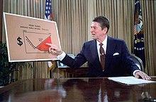Reagan přednáší v televizi z Oválné pracovny o svém ekonomickém plánu, Reaganomice, červenec 1981.