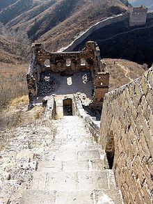 Ruinen eines Wachturms an der Großen Mauer