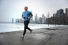 Een man loopt in een park in Chicago.
