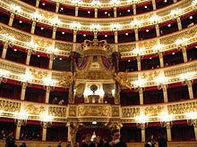 De logeplaatsen in het Teatro di San Carlo. De loge in het midden met een grote kroon erop was de loge van de koning