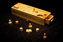 Senet pierwsza znana gra planszowa, powstała w starożytnym Egipcie.