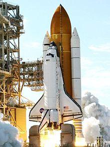 Een Space Shuttle stijgt op