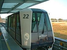 Een LRT trein op het Punggol LRT systeem bij Punggol Station in Singapore