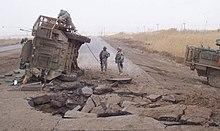 Een Stryker ligt op zijn zij na een ondergrondse IED-ontploffing in Irak. (2007)