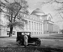 Ford Model T geparkeerd voor het Nationaal Museum in 1926