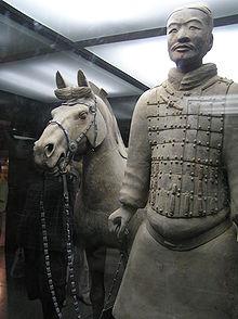 Een terracotta soldaat met zijn paard.