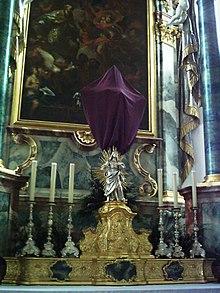 Een kruis is bedekt met een sluier tijdens Passiontide in de vastentijd (Pfarrkirche St. Martin in Tannheim, Baden-Württemberg, Duitsland).