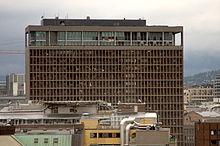 Kantoor van de Noorse premier met uitgeblazen ramen kort na de explosie.