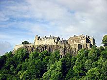 Замок Стирлинг веками стоял на вершине вулканической скалы. Он защищал самый низкий брод реки Форт. Замок пережил много осад.