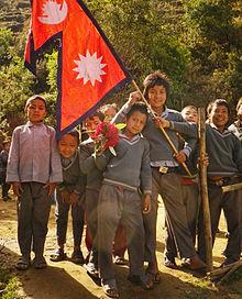 Studenten dragen de nationale vlag van Nepal