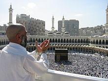 Een moslimman bidt naar de kaaba, Mekka...