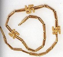 """W XX wieku naziści używali swastyki jako symbolu. Wcześniej symbol ten oznaczał """"powodzenia"""". Ten irański naszyjnik został wykopany z Gilan, Iran, pierwsze tysiąclecie p.n.e., Muzeum Narodowe Iranu. Oryginalne indyjsko-irańskie znaczenie słowa """"szczęście"""", """"szczęście"""" czy """"dobre samopoczucie"""" jest z nim związane."""