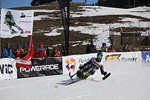 Taiki Morii, japonský lyžař, který sedí na lavičce