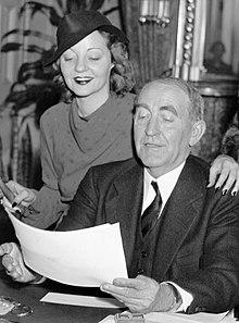 Tallulah met haar vader, de voorzitter van het huis William B. Bankhead, in zijn kantoor in Washington, D.C. (1937).