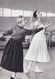 Tamara Karsavina (links) repeteert Margot Fonteyn voor Le Spectre de la Rose