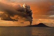 Tavurvur, uno stratovulcano attivo vicino a Rabaul in Papua Nuova Guinea
