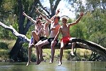 Tienerjongen op de rivier
