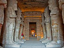 De zuilenhal van de Grote Tempel, met acht zuilen van Osiris.
