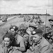 Britse infanterie aan boord van Sherman tanks wachten op het bevel om op te rukken, nabij Argentan, 21 augustus 1944.