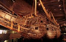 Vasa nel Museo Vasa e visto da prua (davanti).