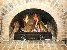 Der Innenkamin schützt das Haus vor dem Feuer, das es erhitzt