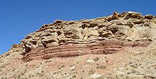 Midden-Trias mariene opeenvolging van siltgesteenten (roodachtige lagen aan de voet van de klif) en kalkstenen (bruine gesteenten daarboven), Virgin Formation, zuidwestelijk Utah