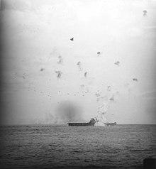 Een foto genomen vanuit Washington toont een explosie op de Enterprise door een kamikaze.