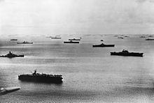 Enterprise rechts met de Vijfde Vloot bij Majuro, 1944.
