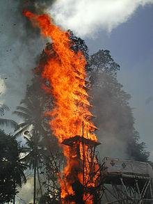 Uma pira funerária hindu na Indonésia