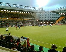 Ashley Young plaatst de bal voor een vrije trap voor Engeland Under-21s in 2007. Het Barclay en The Holiday Inn hotel is op de achtergrond te zien.
