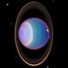 Een 1998 false-colour near-infrared beeld van Uranus met wolkenbanden, ringen en manen verkregen met de NICMOS-camera van de Hubble-ruimtetelescoop.