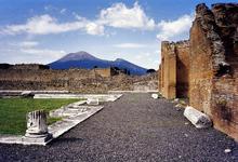Mt. Vesuvius, gezien vanuit de ruïnes van Pompeii, die werd vernietigd toen het uitbarstte in 79 na Christus. De actieve kegel is de hoge piek aan de linkerkant. De kleinere aan de rechterkant is een deel van de Somma caldera muur.