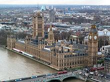 В Вестминстере, в Лондоне есть башня с часами, в которой держится колокол Биг Бена.