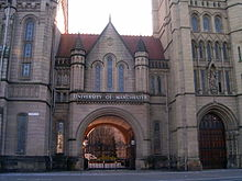 De ingang van Whitworth Hall, onderdeel van de Universiteit van Manchester campus