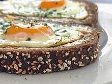 Chleb pełnoziarnisty podawany z masłem i jajkami