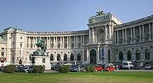 Část Hofburgu Neue Burg při pohledu z náměstí Heldenplatz.