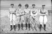 Les jockeys se préparent pour les courses de Yass, en 1936