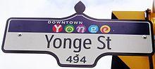 Ein Schild in der Yonge Street im Yonge-Design der Innenstadt