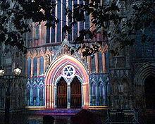 Die Westtür, beleuchtet im Dezember 2005