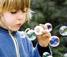 Criança brincando com bolhas