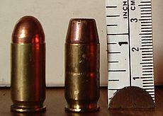 这些是.45口径的子弹。一个有一个圆形的鼻子,或尖端(左)。一个是平头(右)。