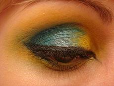 Een meer levendige en avontuurlijke stijl. Zwarte mascara en eyeliner, en twee- of driekleurige oogschaduw. Let op de zorgvuldig gesorteerde verschuivingen in kleur.